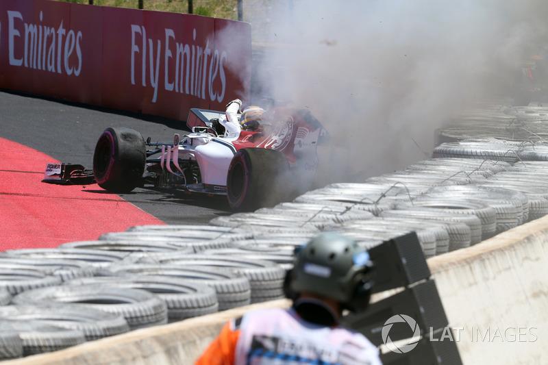 Marcus Ericsson, Sauber C37 choca en la PL1 y se incendia