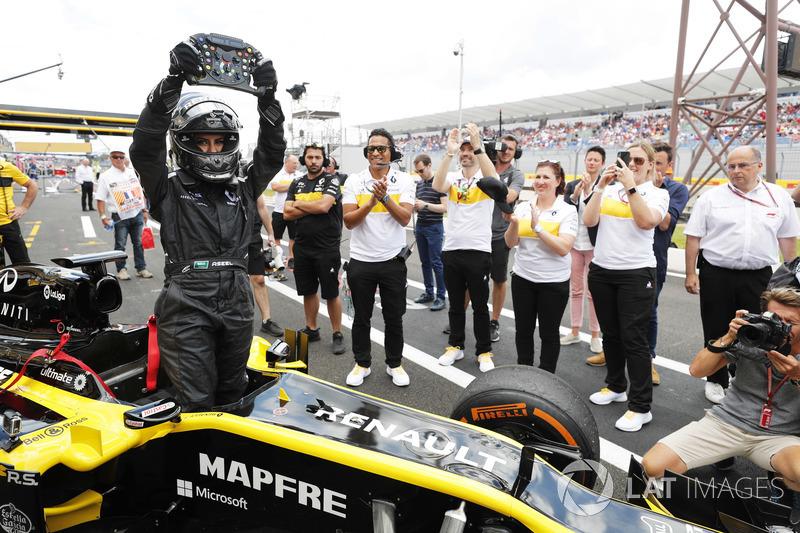 Aseel Al-Hamad vuelve a boxes tras pilotar un Lotus E20 de F1 de 2012 en el Renault Passion Parade
