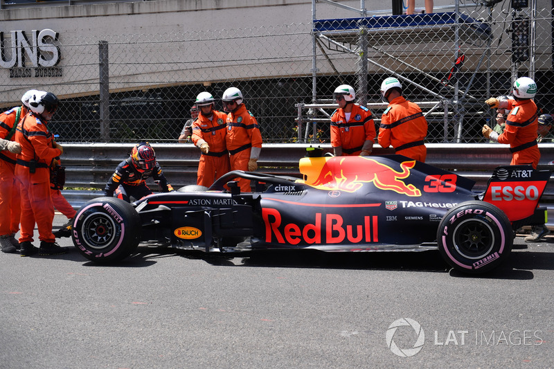 Marshals recover the crashed car of Max Verstappen, Red Bull Racing RB14