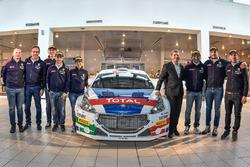 I piloti 2018 del team Peugeot Sport Italia posano con la Peugeot 208 T16 R5 di Paolo Andreucci e Anna Andreussi