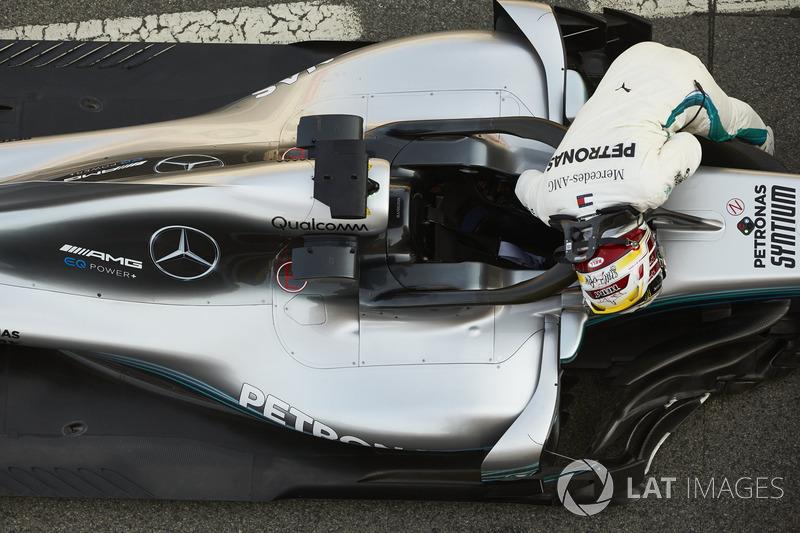 Lewis Hamilton, Mercedes AMG F1, sube a su coche