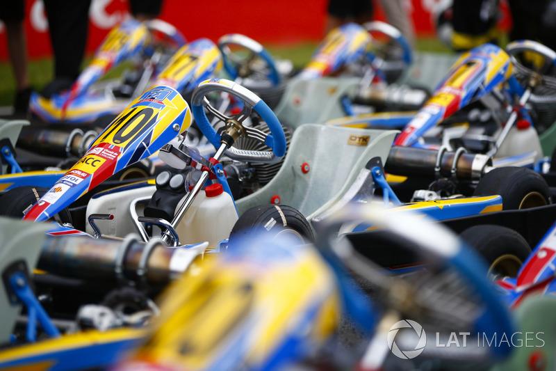 Los karts que llevan el respaldo del RACC, el autoclub más grande de España, se ensamblan en la grilla