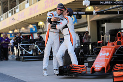 Stoffel Vandoorne, McLaren and Fernando Alonso, McLaren selfie