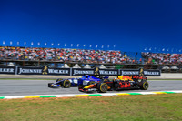 Marcus Ericsson, Sauber C36 et Daniel Ricciardo, Red Bull Racing RB13 en lutte