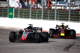 Romain Grosjean, Haas F1 Team VF-18, precede Daniel Ricciardo, Red Bull Racing RB14