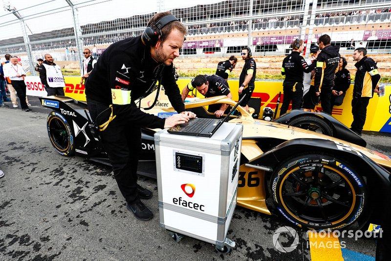 Ingenieros revisan el auto de Andre Lotterer car, DS TECHEETAH, DS E-Tense FE19