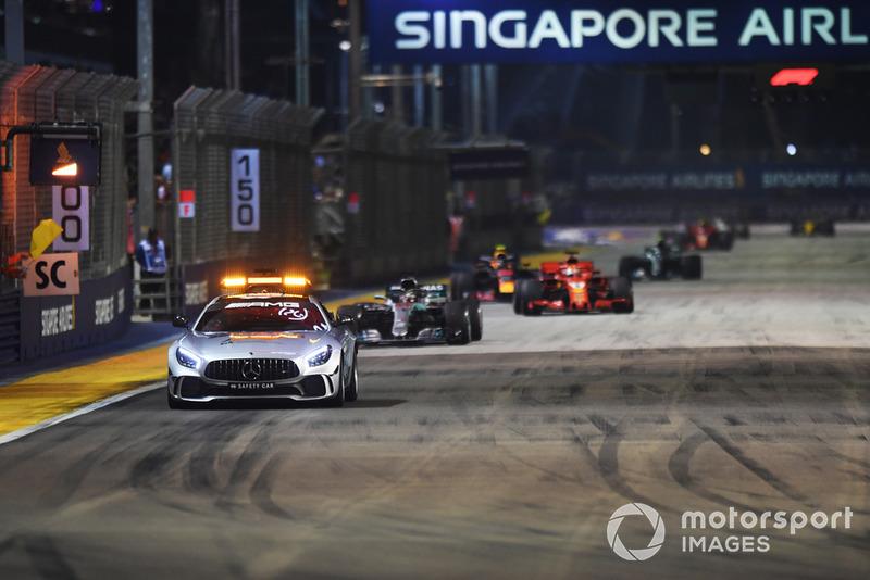 La Safety Car precede Lewis Hamilton, Mercedes AMG F1 W09 EQ Power+