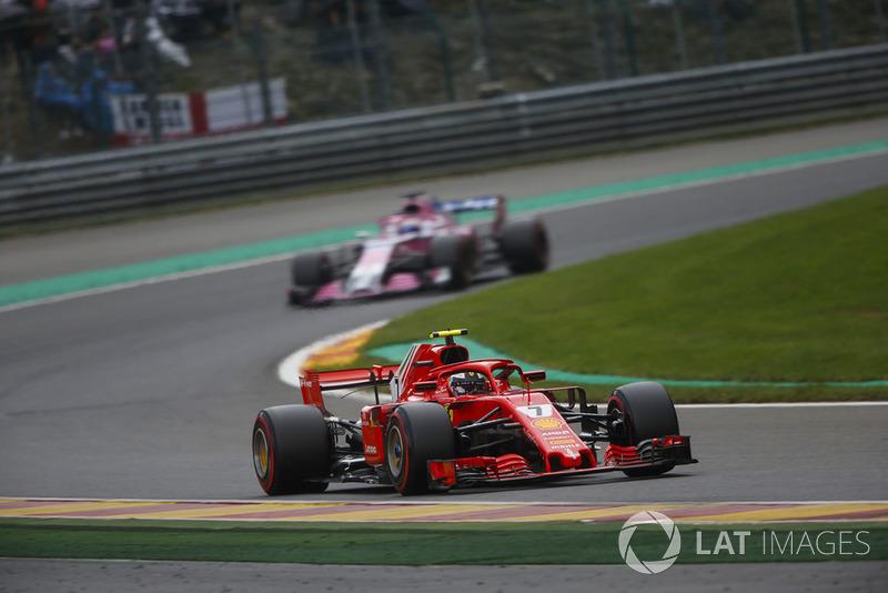 Kimi Raikkonen, Ferrari SF71H, devant Sergio Perez, Racing Point Force India VJM11