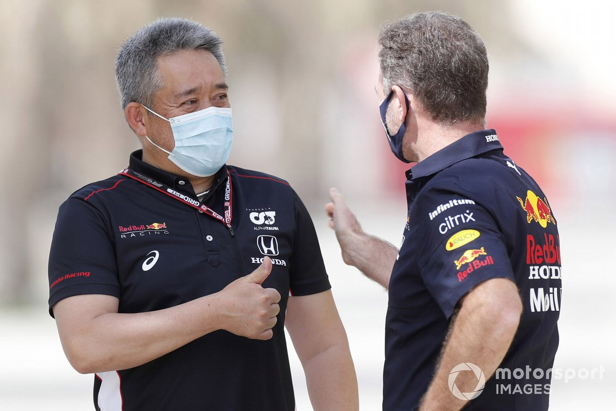 Masashi Yamamoto, director general de Honda Motorsport, con Christian Horner, director del equipo Red Bull Racing