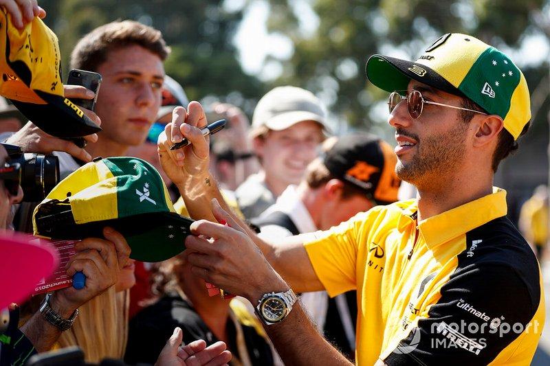 Daniel Ricciardo, Renault F1 Team firma autógrafos para los aficionados