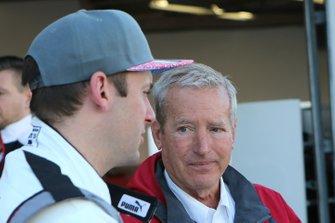 Nick Tandy ve Hurley Haywood converse
