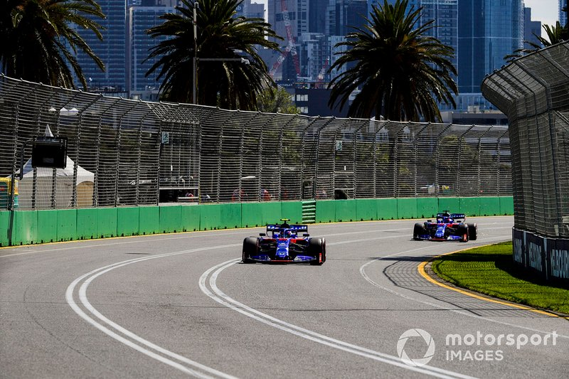 Alexander Albon, Toro Rosso STR14, devant Daniil Kvyat, Toro Roso STR14