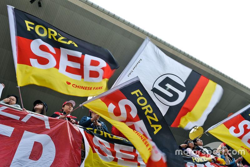 Sebastian Vettel, Ferrari, aficionados en la tribuna