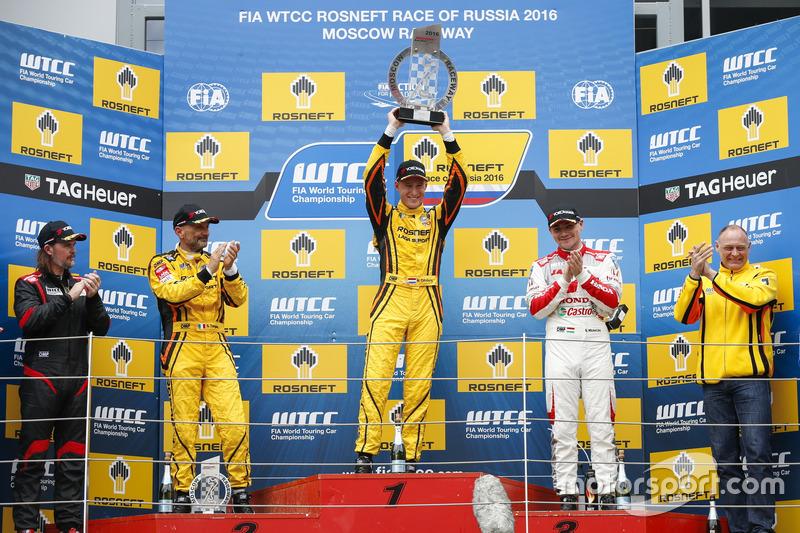 Подіум: переможець Нікі Катсбург, LADA Sport Rosneft, Lada Vesta; Джеймс Томпсон, All-Inkl Motorsport, Chevrolet RML Cruze TC1; друг місце Габріеле Тарквіні, LADA Sport Rosneft, Lada Vesta; третє місце Норберт Міхеліц, Honda Racing Team JAS, Honda Civic WTCC