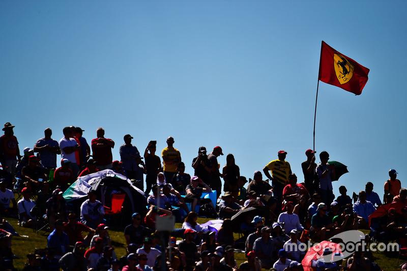 Fans und eine Ferrariflagge