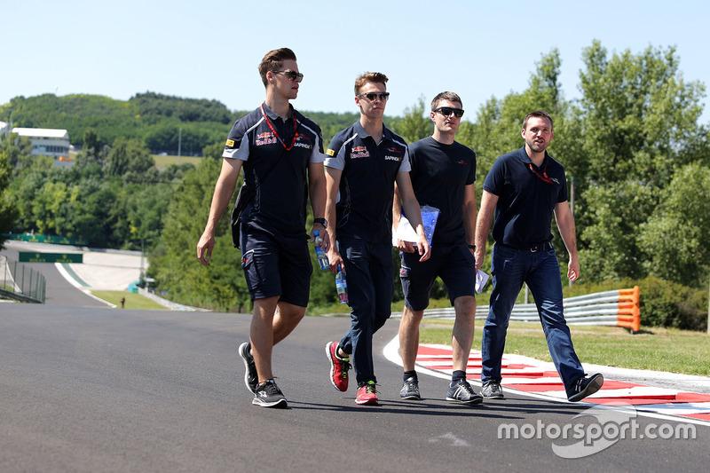 Daniil Kvyat, Scuderia Toro Rosso walks the circuit with the team