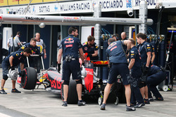 Daniil Kvyat, Red Bull Racing RB12, in der Box