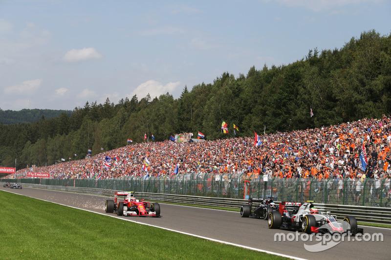 Kimi Raikkonen, Ferrari SF16-H con la vettura danneggiata all'inizio della gara