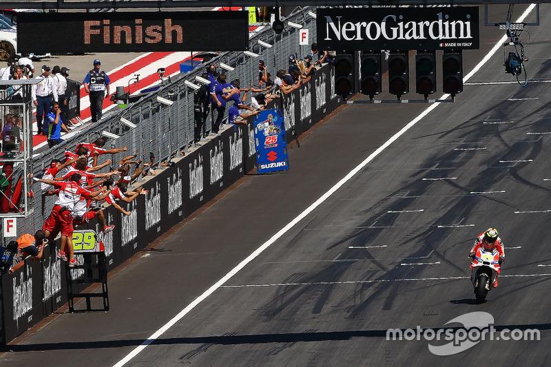 Andrea Iannone, Ducati Team prende la bandiera a scacchi