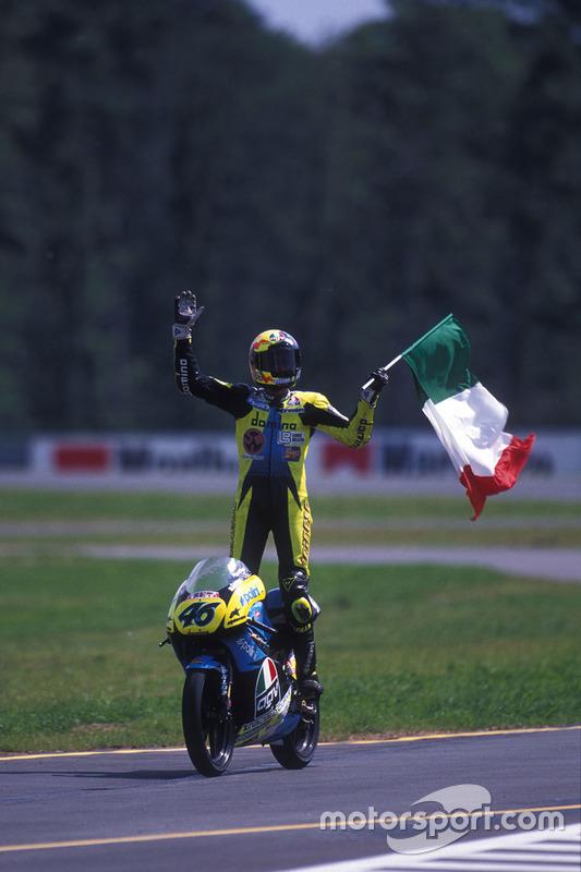 Valentino Rossi begroet de fans met de Italiaanse vlag