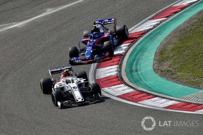 Charles Leclerc, Sauber C37 precede Pierre Gasly, Scuderia Toro Rosso STR13