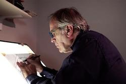 Giorgio Piola trabaja en un dibujo