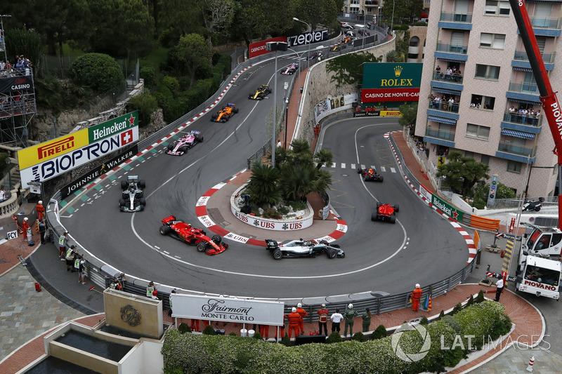 Daniel Ricciardo, Red Bull Racing RB14 memimpin start balapan