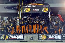 Furniture Row Racing Toyota team miembros del equipo celebran el campeonato