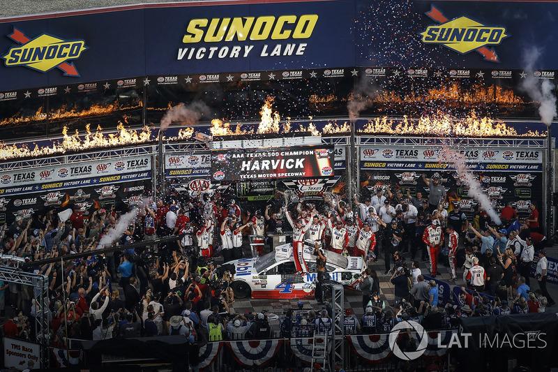 3. Race winner Kevin Harvick, Stewart-Haas Racing Ford