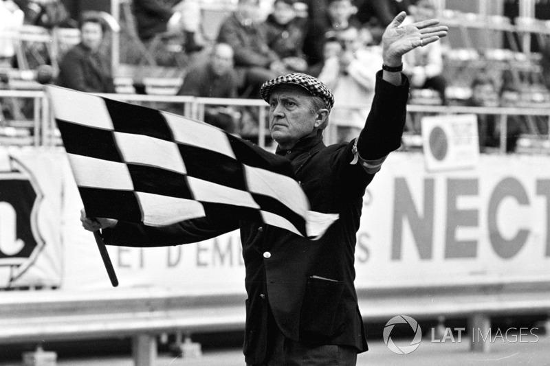Louis Chiron agite le drapeau à damier