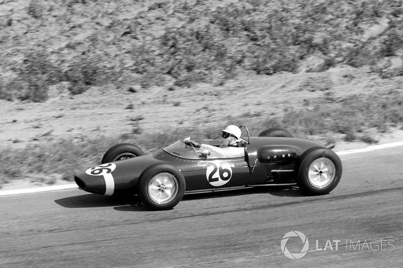 В последнем повороте 38-го круга Хилл, лидировавший с преимуществом в 10 секунд, ошибся и потерял контроль над Ferrari. Следом мчался Мосс (на фото) – он не сумел избежать столкновения. «156-я» лидера гонки почти не пострадала, но ее мотор заглох
