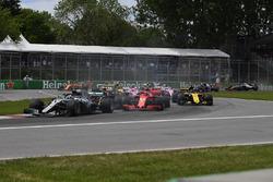 Lewis Hamilton, Mercedes-AMG F1 W09 on lap one