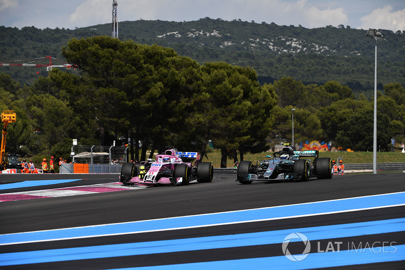 Valtteri Bottas, Mercedes-AMG F1 W09 y Sergio Perez, Force India VJM11 battle