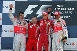 Podio: il vincitore della gara Kimi Raikkonen, Ferrari, il secondo classificato Fernando Alonso, McLaren, il terzo classificato Lewis Hamilton, McLaren, Jean Todt, CEO Ferrari