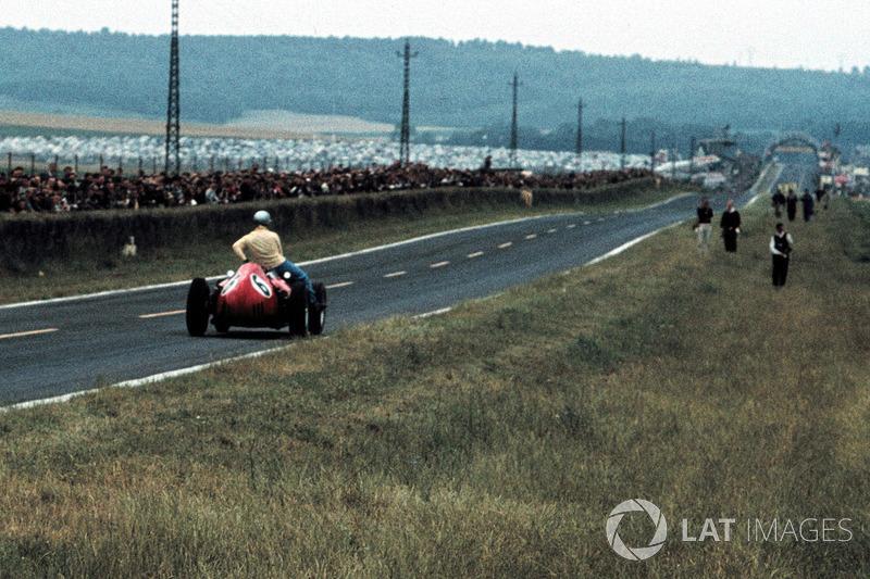 Willy Mairesse, Ferrari D246, Tony Brooks, Vanwall'a aracının üstünde taşıyor
