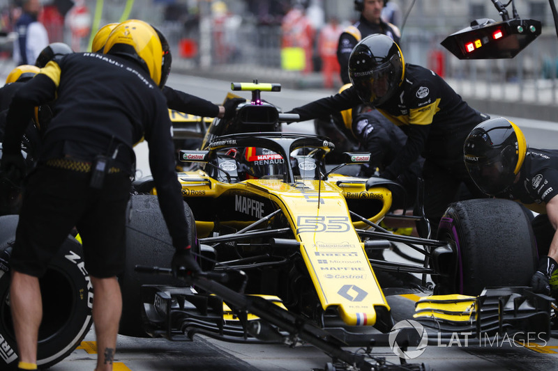 Carlos Sainz Jr., Renault Sport F1 Team R.S. 18, makes a stop during practice