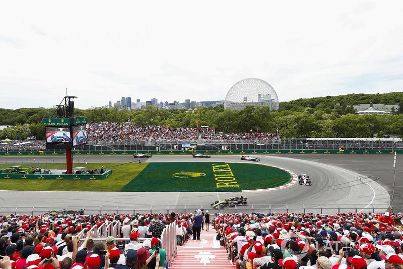 Carlos Sainz Jr., Renault Sport F1 Team R.S. 18, leads Sergio Perez, Force India VJM11, Charles Leclerc, Sauber C37