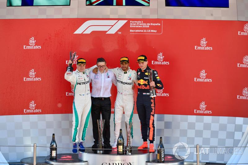Победитель Льюис Хэмилтон, второе место – Валттери Боттас, Mercedes AMG F1, третье место – Макс Ферстаппен, Red Bull Racing, инженер Mercedes AMG F1 Питер Боннингтон