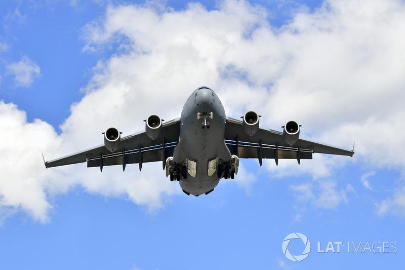 طائرة فوق المسار