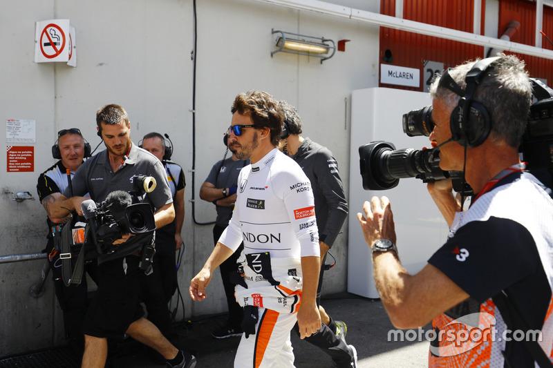 Гонщик McLaren Фернандо Алонсо возвращается  в боксы
