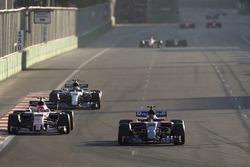 Carlos Sainz Jr., Scuderia Toro Rosso STR12, Esteban Ocon, Sahara Force India F1 VJM10 y Valtteri Bottas, Mercedes AMG F1 W08
