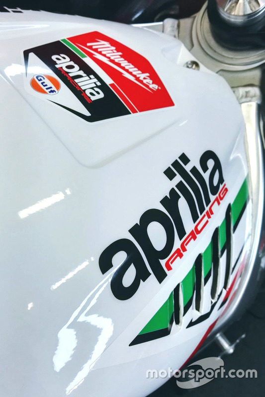 Gros plan sur l'Aprilia RSV4 RF du Milwaukee Aprilia World Superbike Team