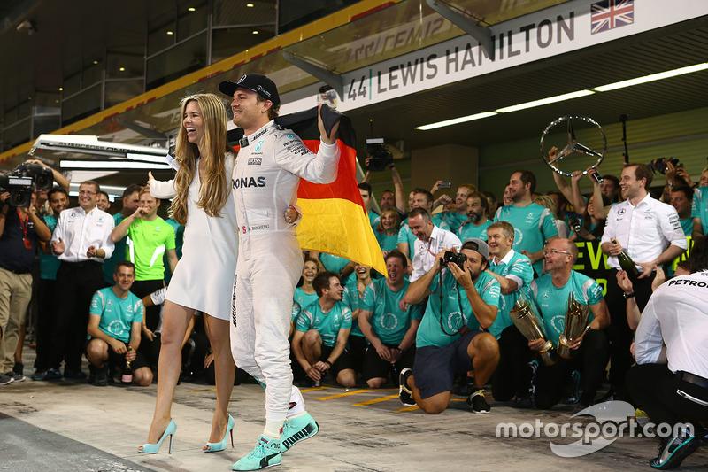 Nico Rosberg, Mercedes AMG Petronas F1 celebra ganando el Campeonato del mundo con Vivian Rosberg, sus amigos y equipo