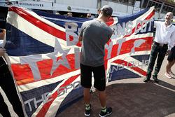 Гонщик McLaren Дженсон Баттон расписывается на британском флаге