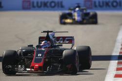 Ромен Грожан, Haas F1 VF-17, и Маркус Эрикссон, Sauber C36