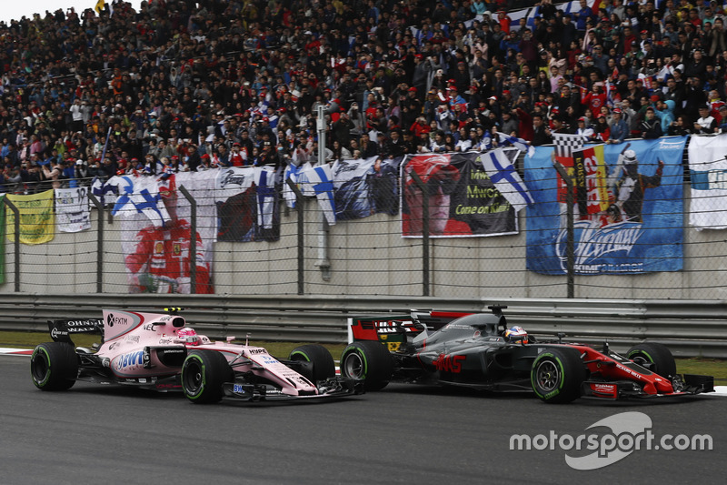 Romain Grosjean, Haas F1 Team VF-17, mit Esteban Ocon, Force India VJM10