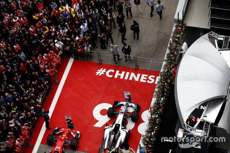 Podium: Lewis Hamilton, Mercedes AMG; Sebastian Vettel, Ferrari, spritzen Champagner