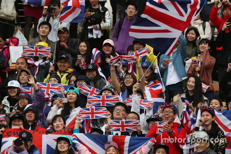 Flaggen für Lewis Hamilton, Mercedes AMG