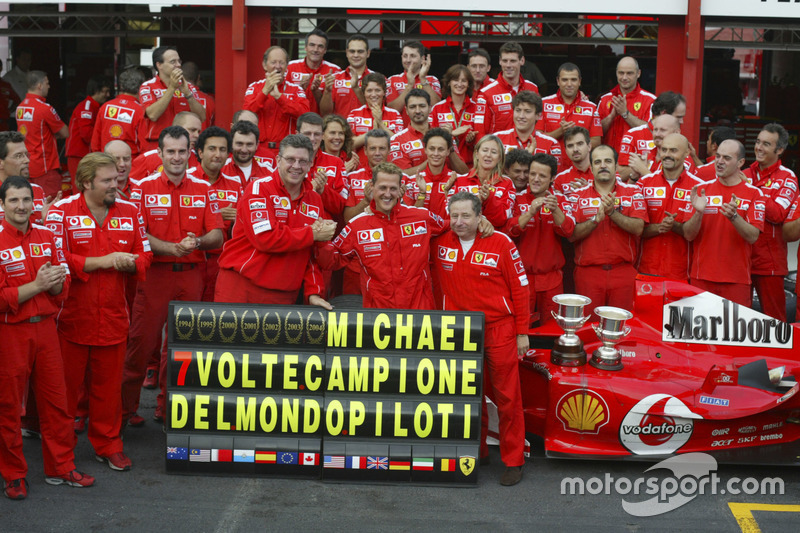 Michael Schumacher comemora heptacampeonato, em 2004