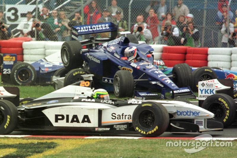 Jarno Trulli, Prost; Alexander Wurz, Benetton ve Ricardo Rosset, Tyrrell'a çarpmadan önce havada